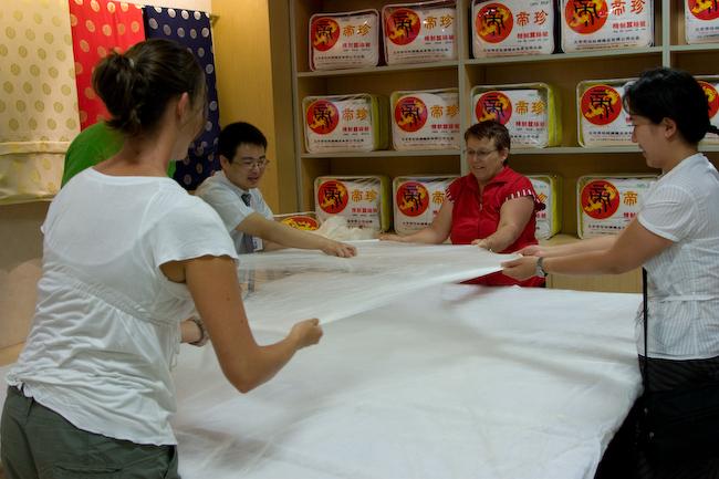 На шелковой фабрике в Китае